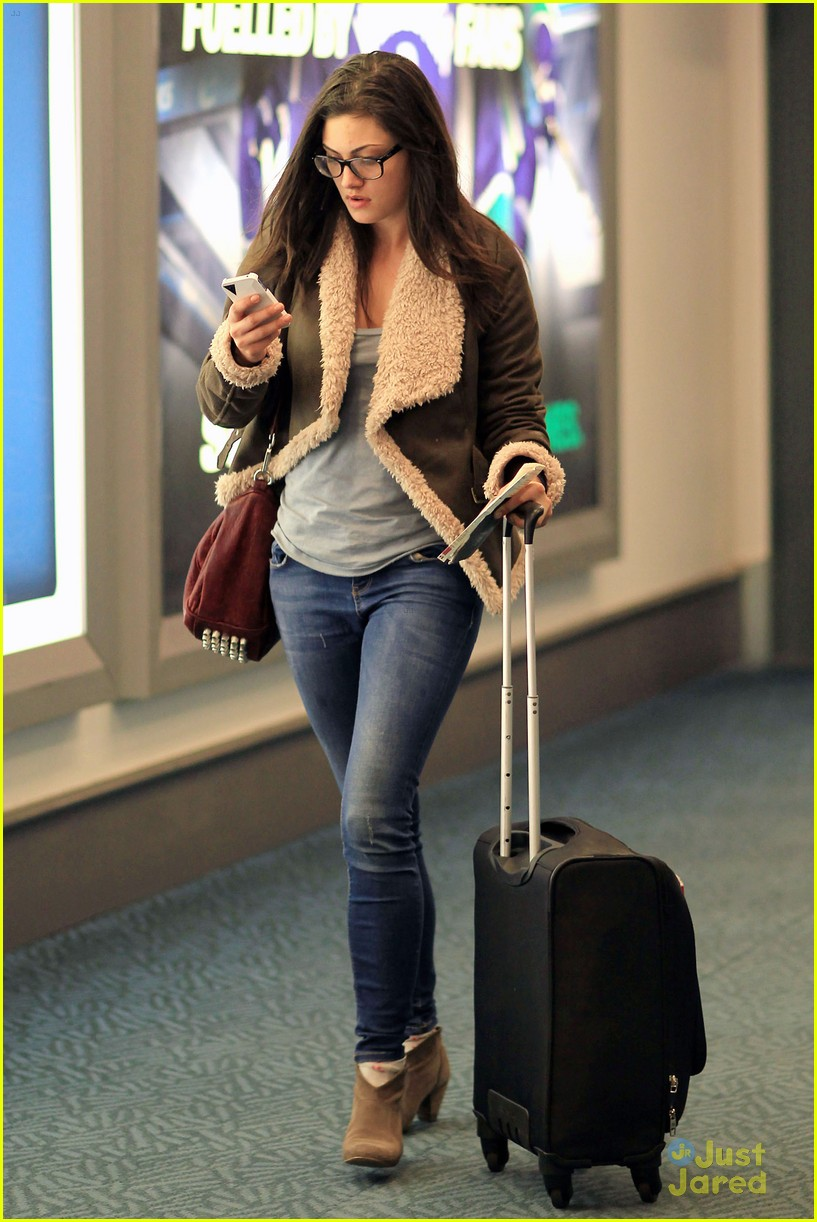 phoebe tonkin airport 08