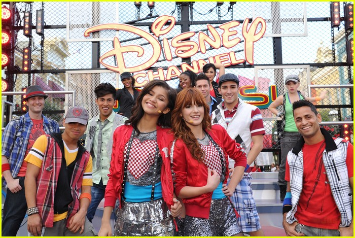 bella thorne zendaya disney parade 01