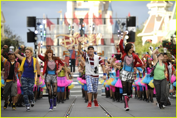 bella thorne zendaya disney parade 03