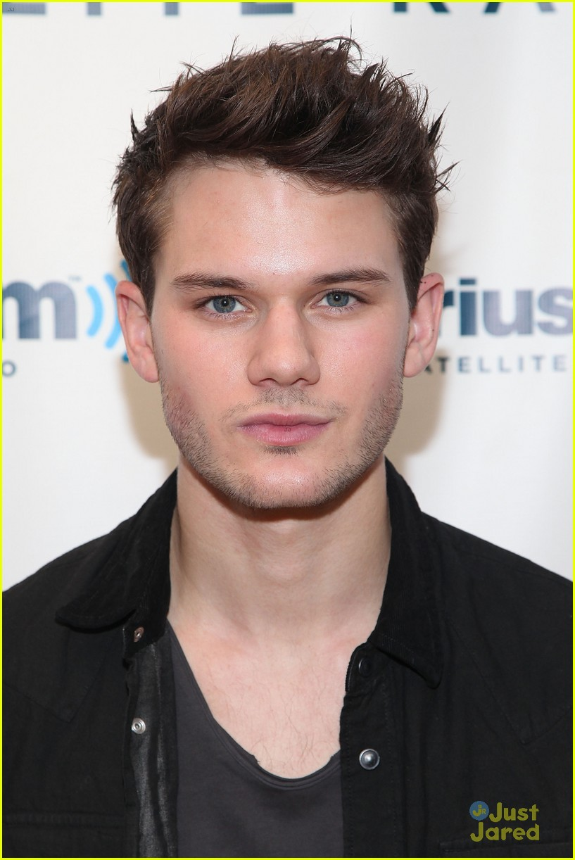 jeremy irvine war horse sirius 04