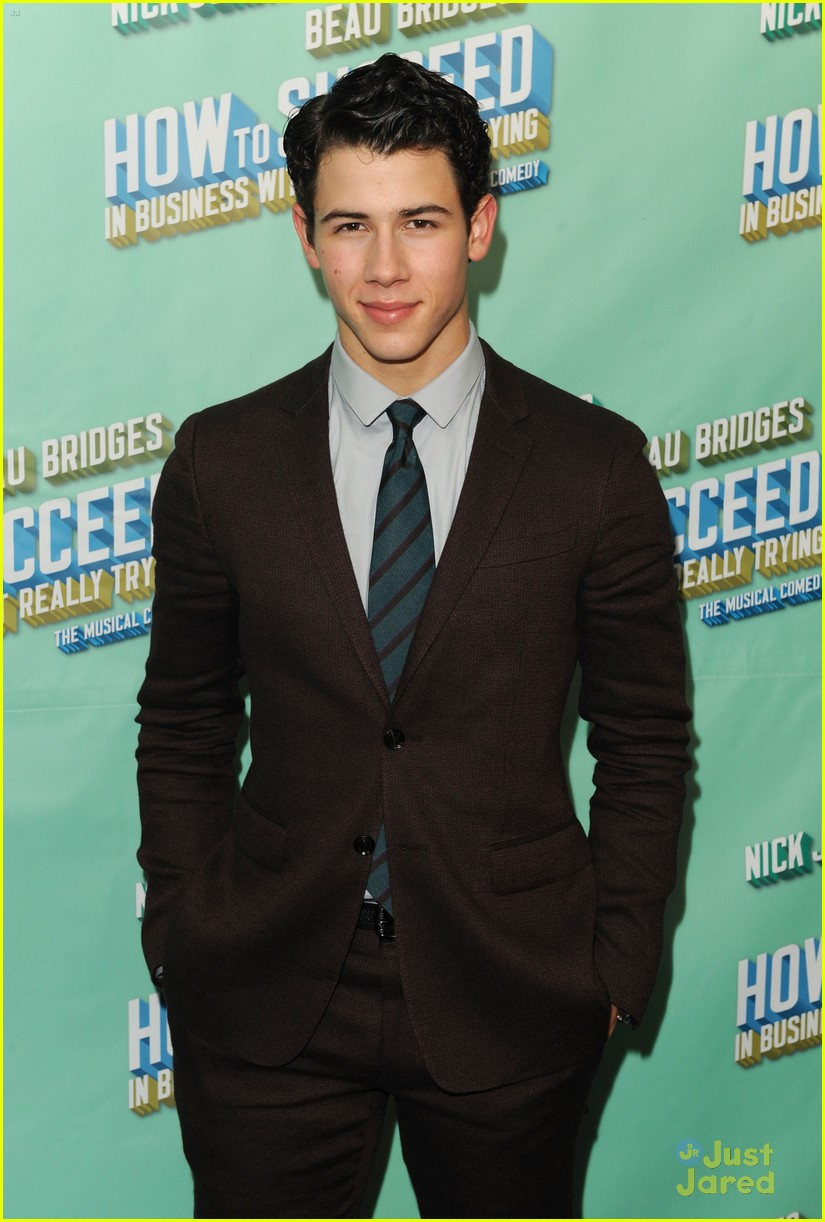 nick jonas theater arrival 08