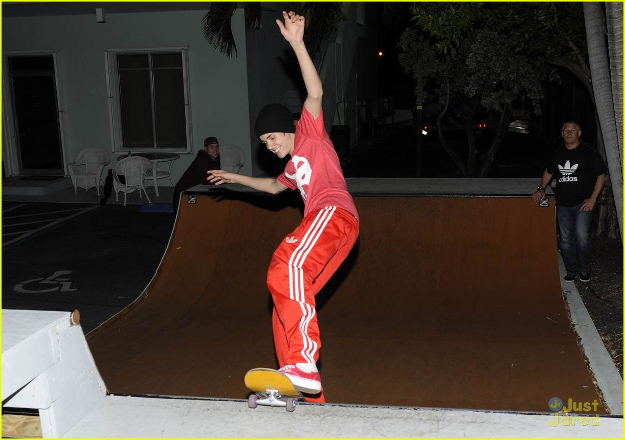 justin bieber red shirt skateboarding  01