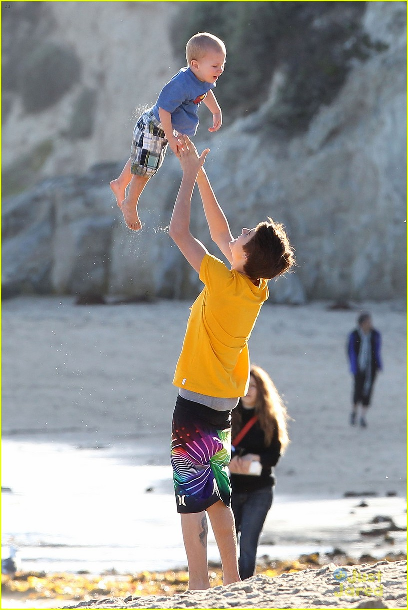 selena gomez justin bieber siblings beach 05