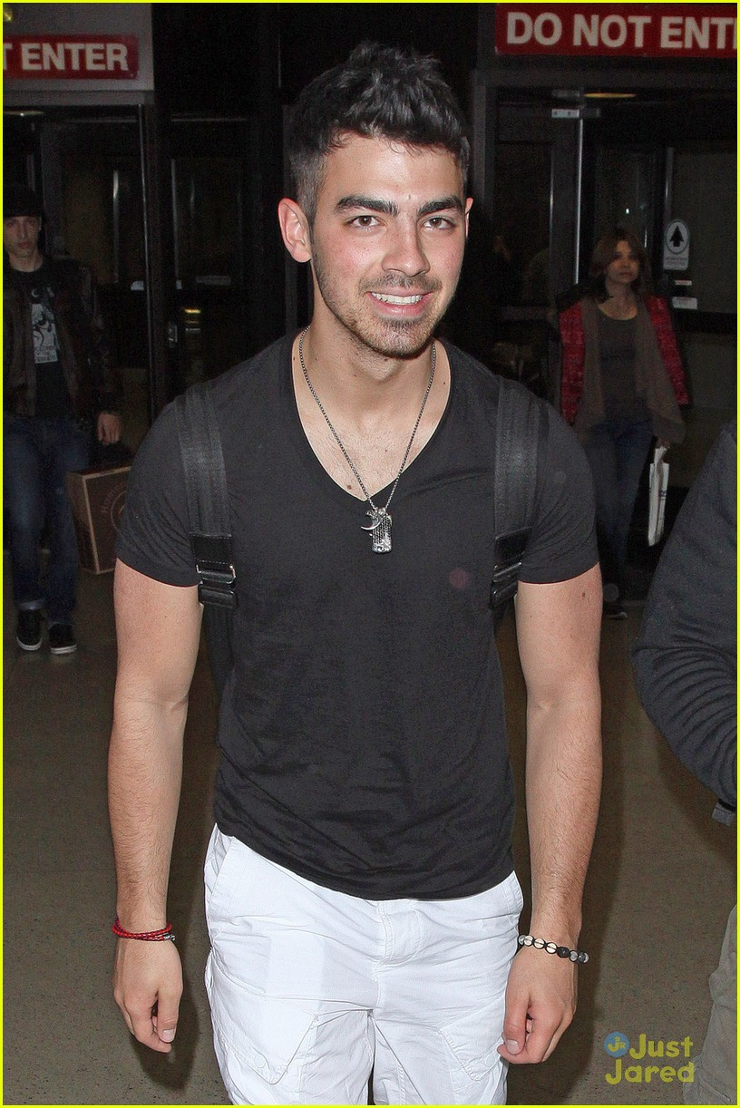 joe jonas baggage claim 01