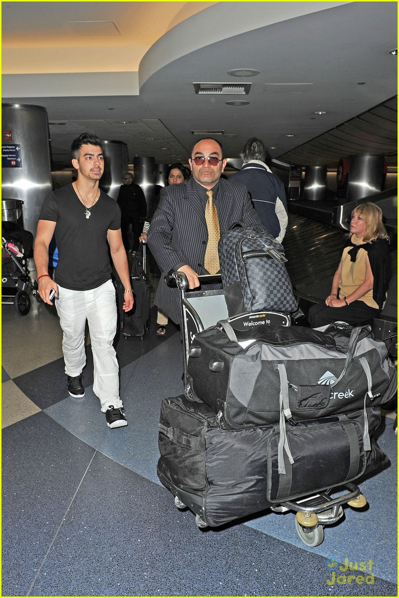 joe jonas baggage claim 02