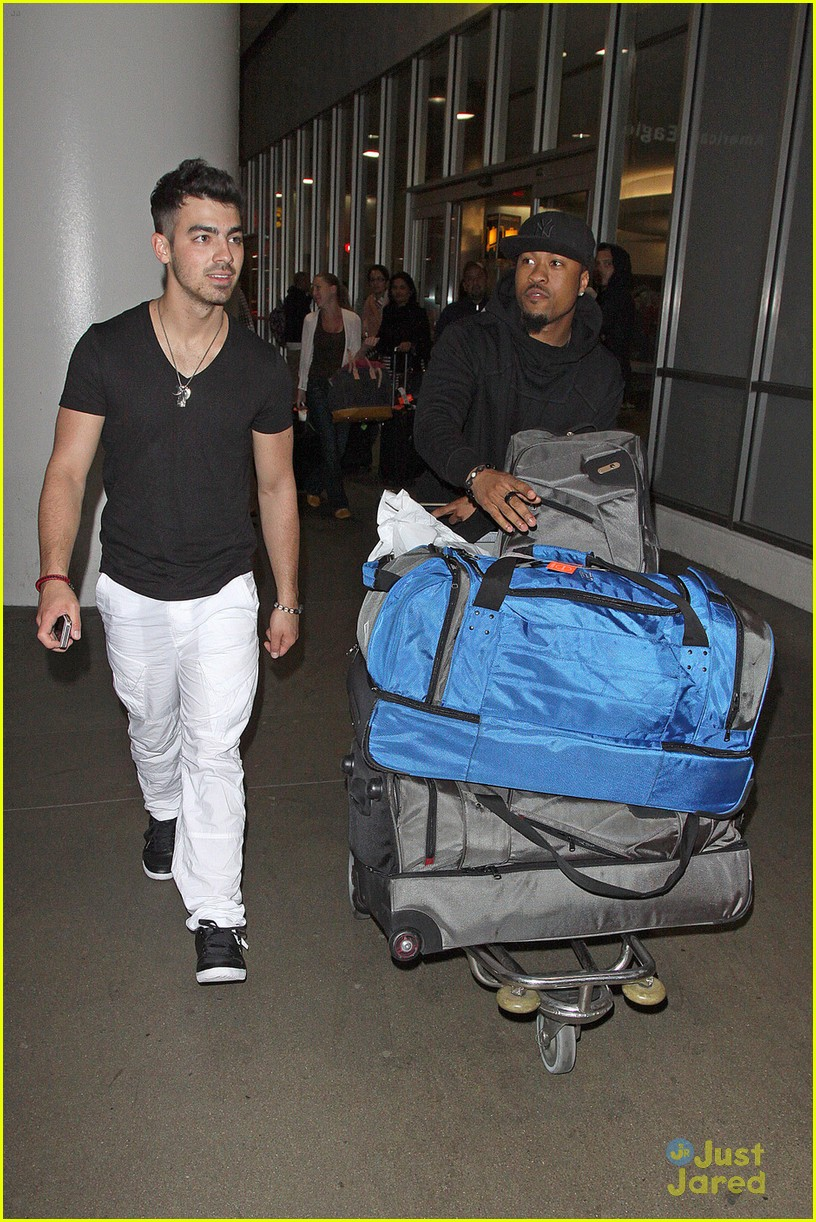 joe jonas baggage claim 08