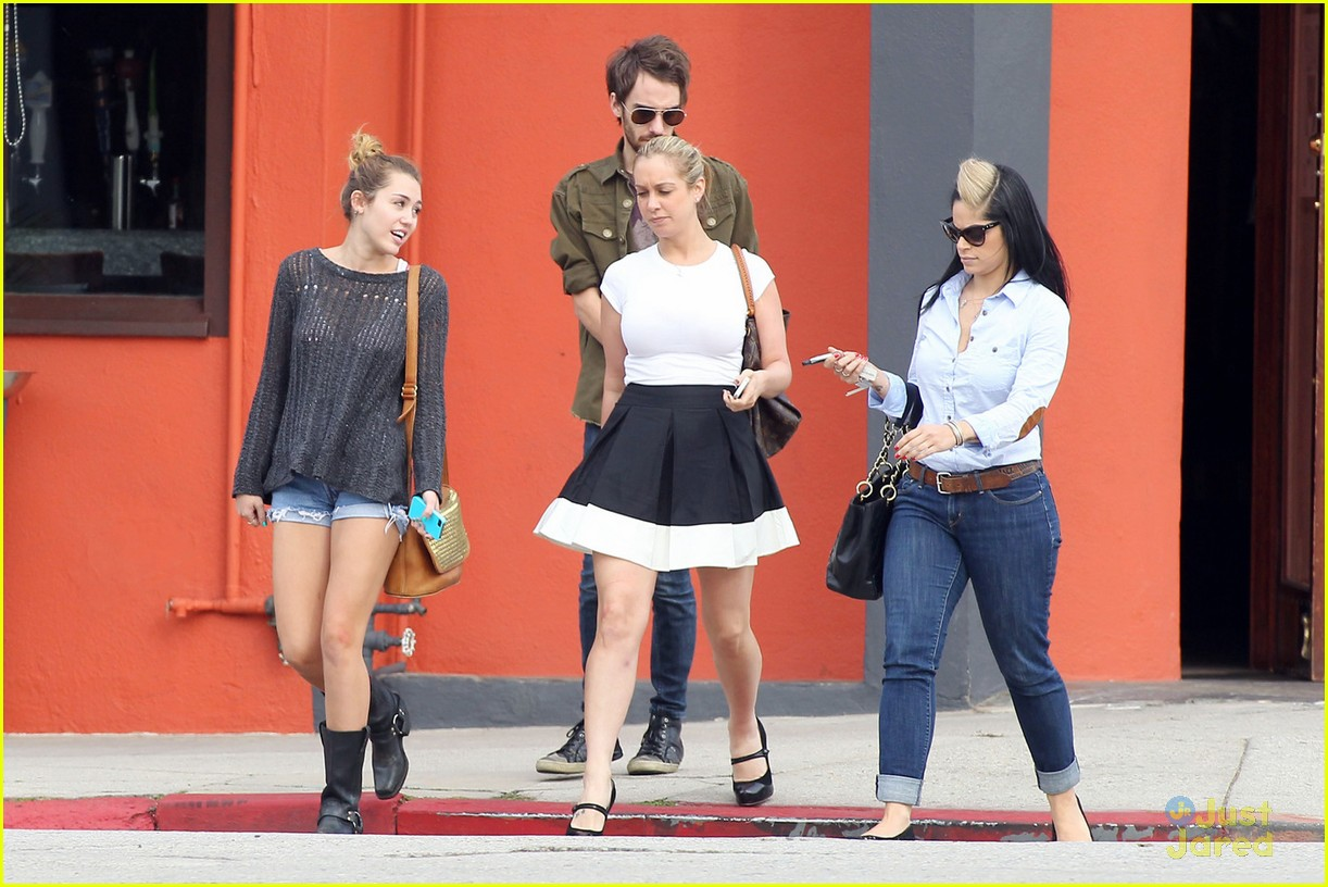 miley cyrus friends lunch 02