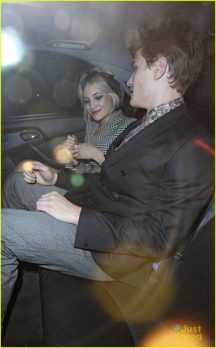 pixie lott oliver cheshire vday kiss 05