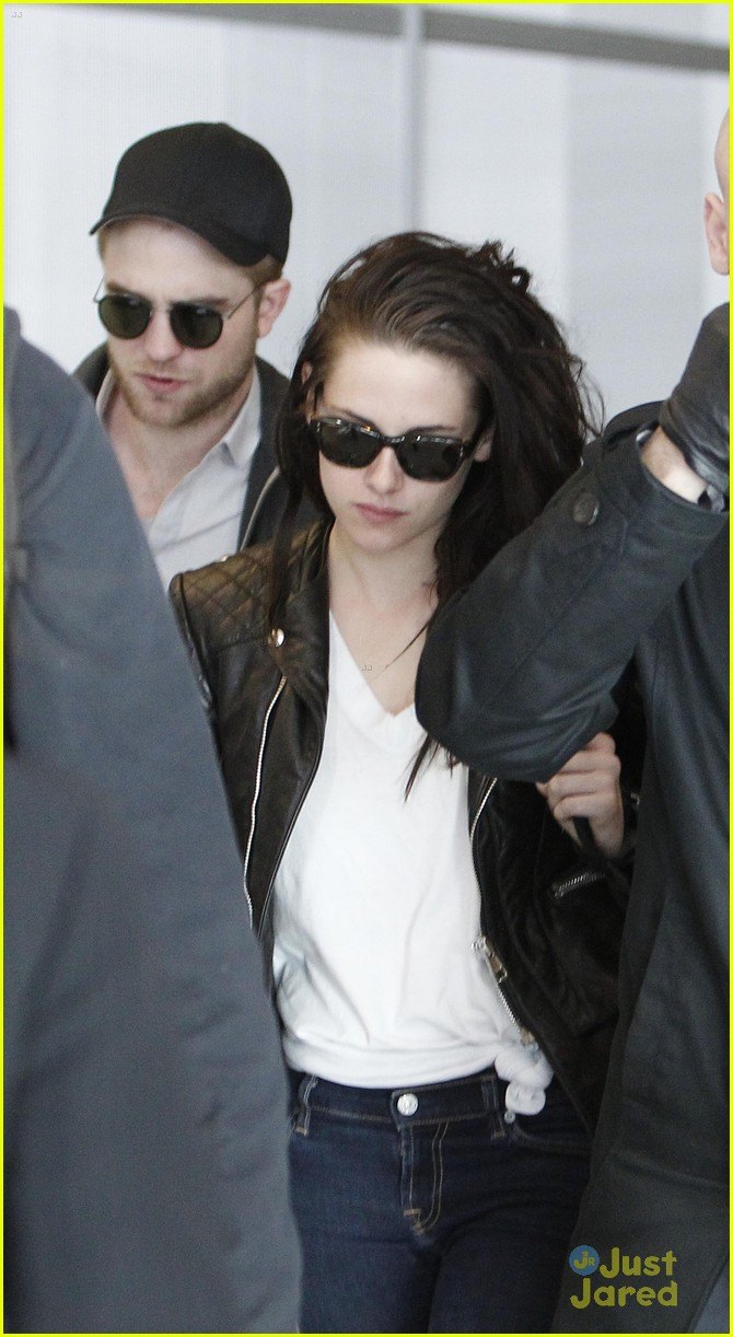 robert pattinson kristen stewart paris departure 02