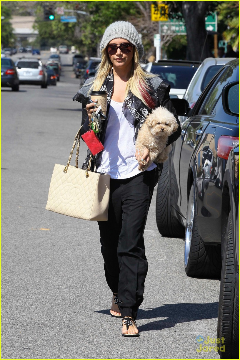 ashley tisdale aroma cafe 09