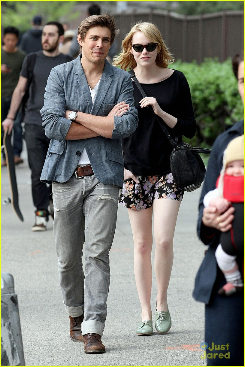 emma stone chris lowell walk 05