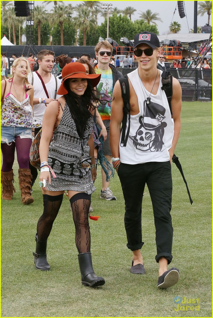 vanessa hudgens austin butler kissing coachella couple 02