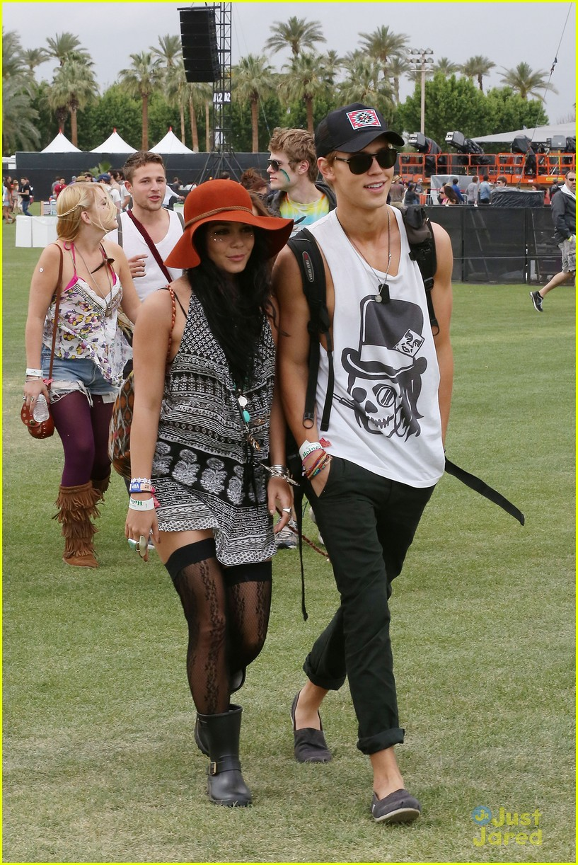 vanessa hudgens austin butler kissing coachella couple 09