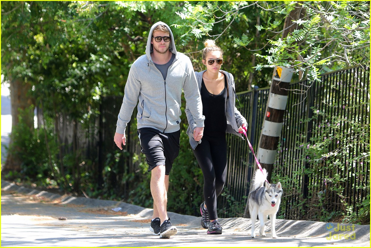 miley cyrus liam hemworth walk 02