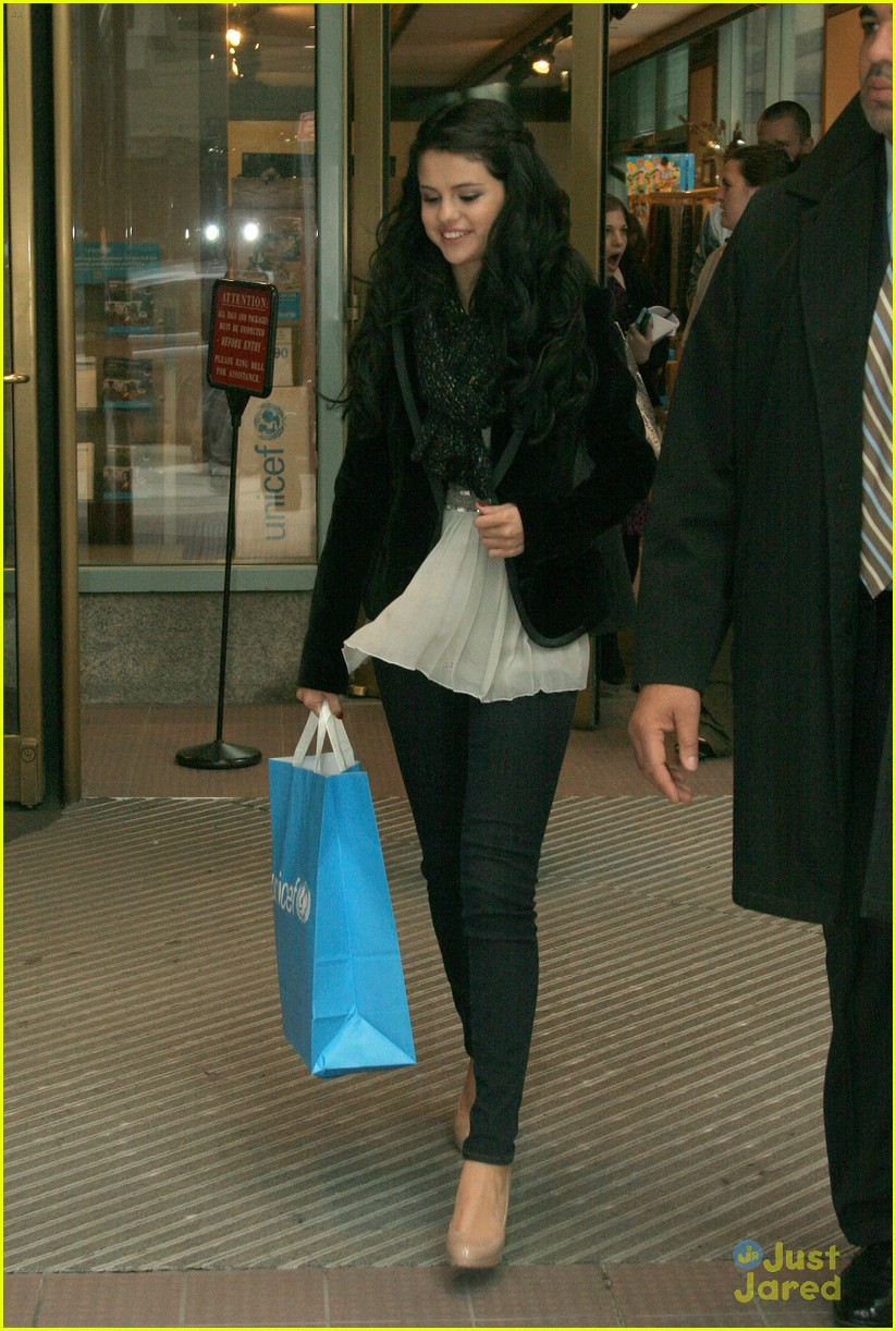 selena gomez unicef bag 07