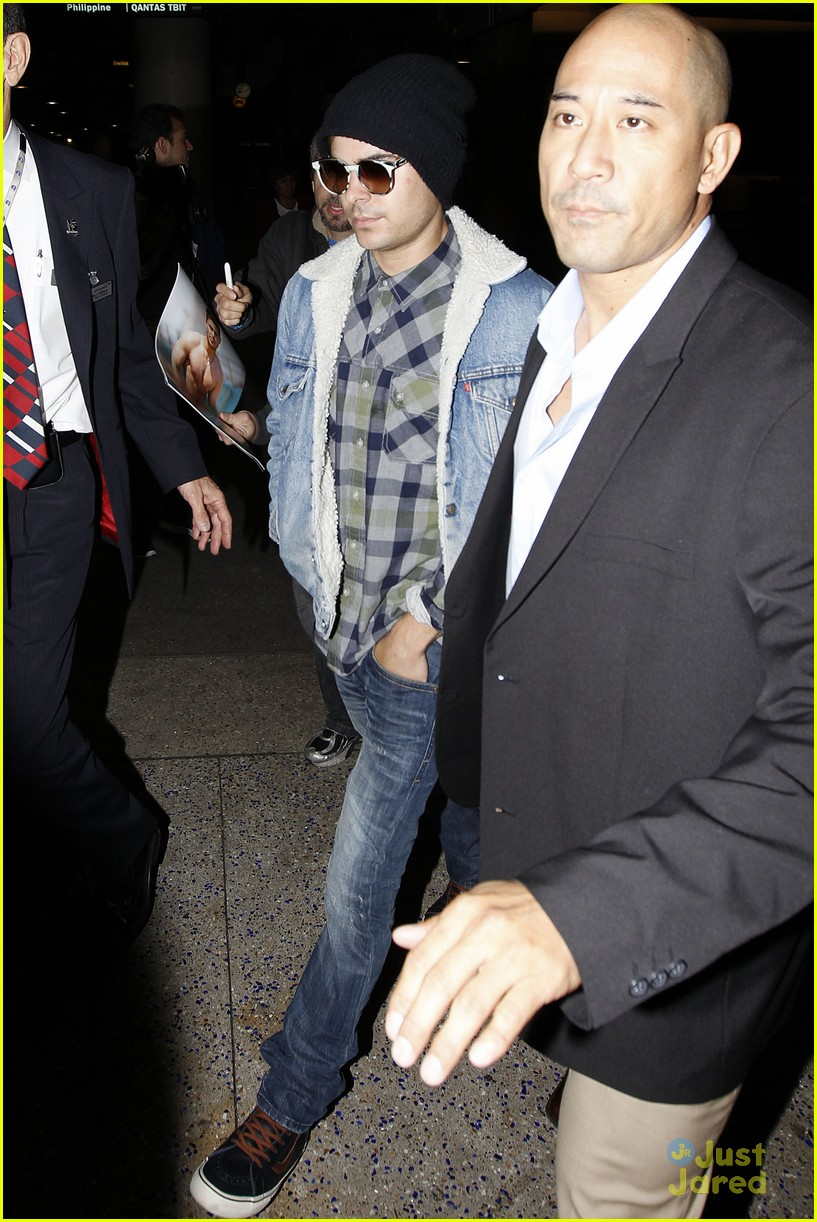zac efron hand injury 01
