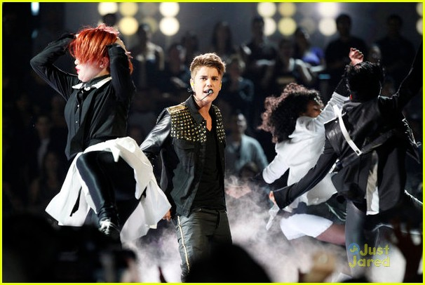 justin bieber performs boyfriend on the voice 08