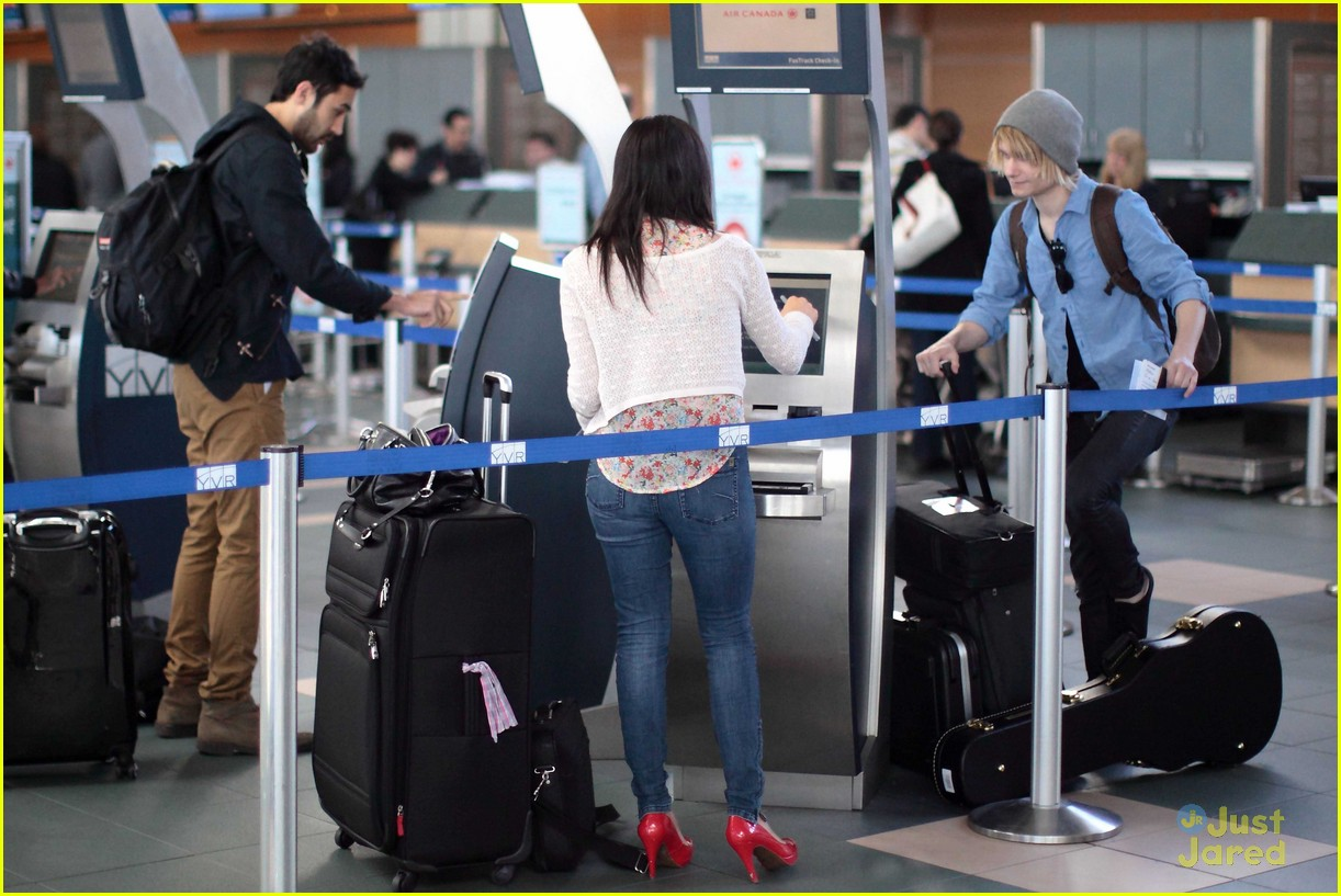 carly rae jepsen gatwick airport 02