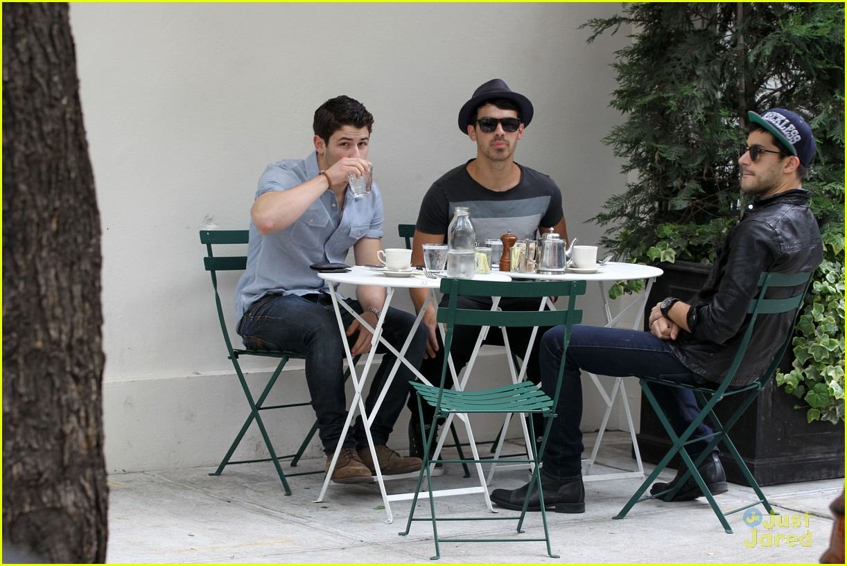 nick joe jonas peels lunch 01