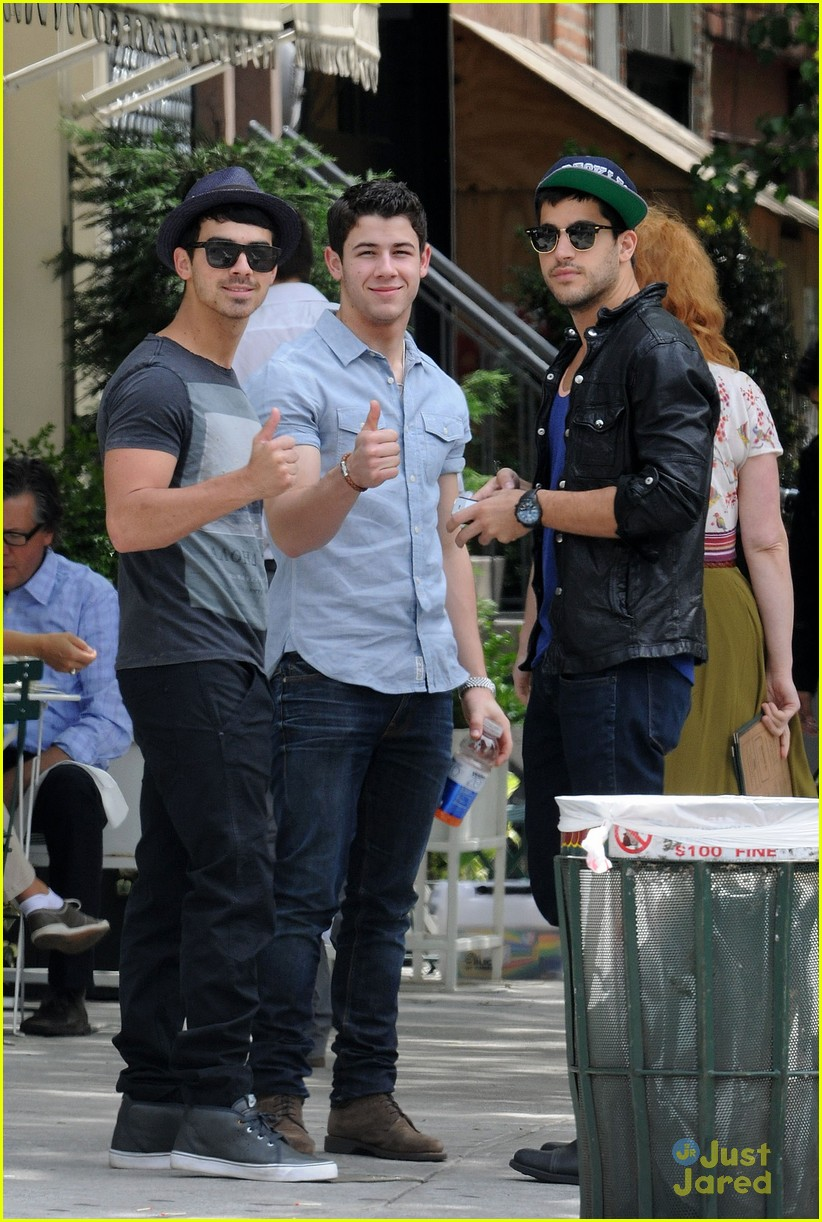 nick joe jonas peels lunch 02