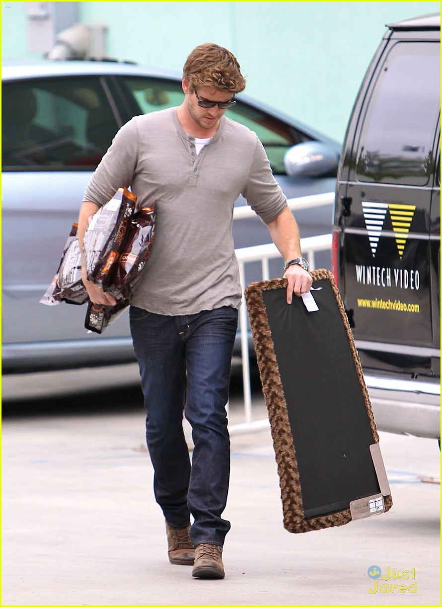 liam hemsworth puppy presents 01