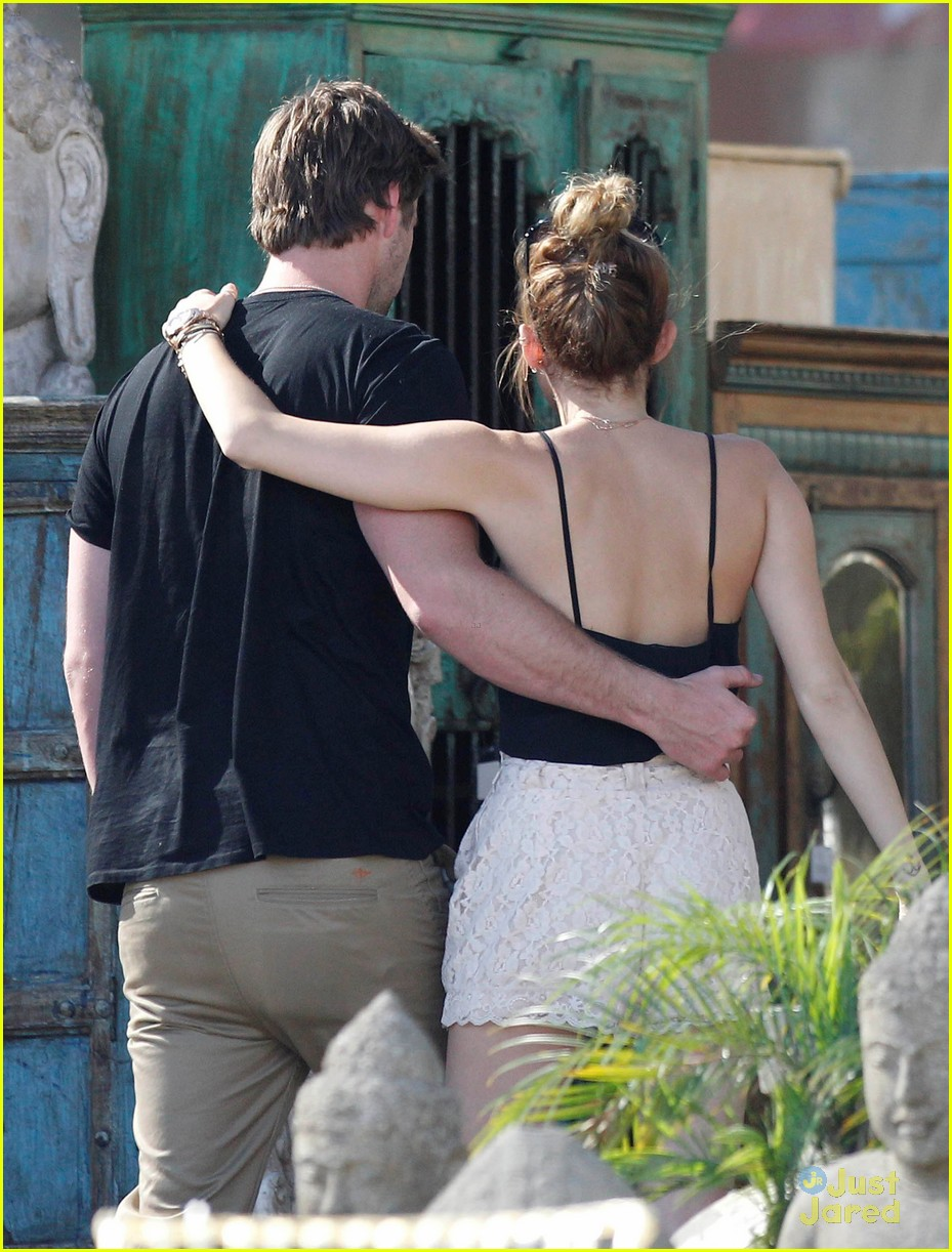 miley cyrus liam hemsworth garden 04