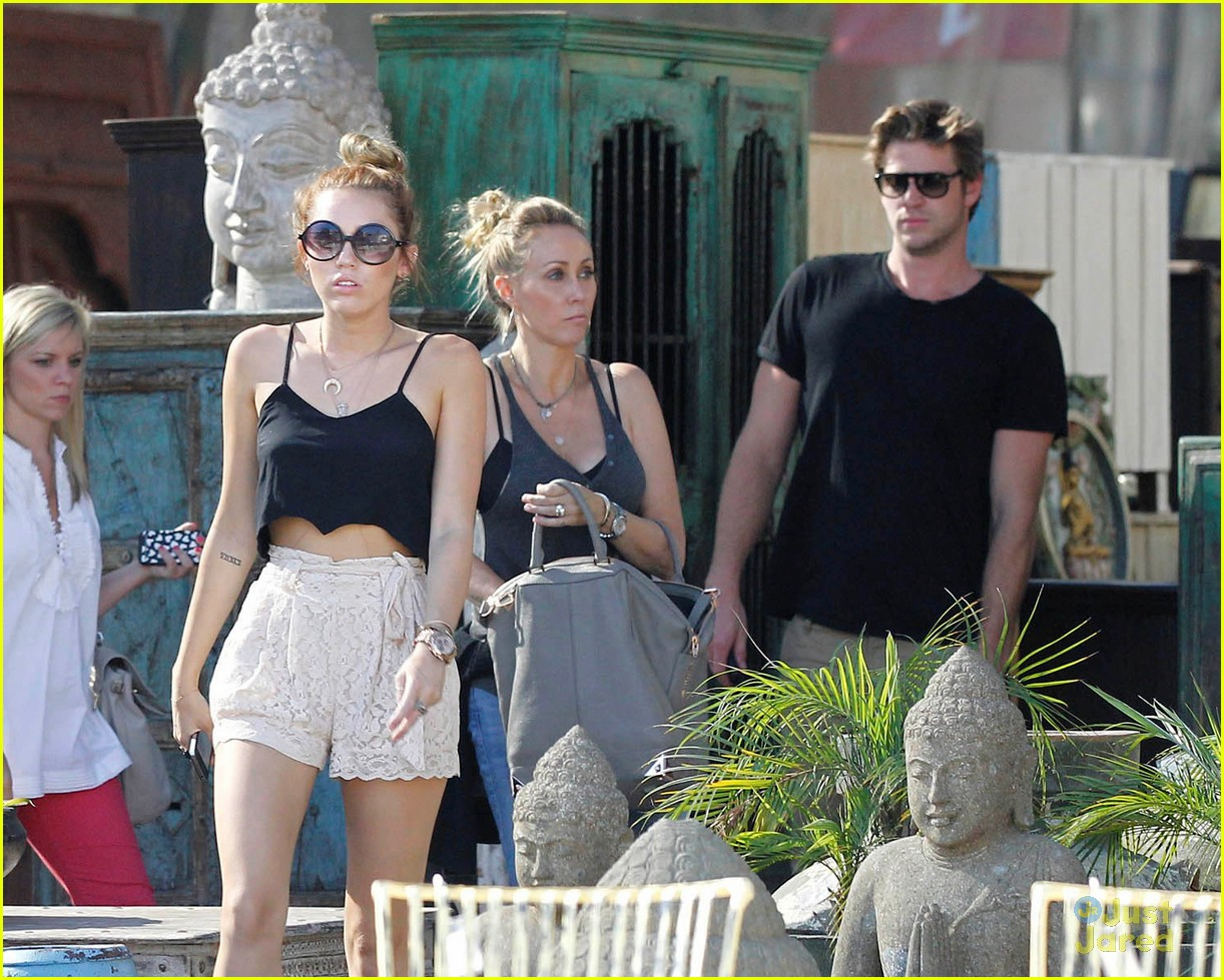 miley cyrus liam hemsworth garden 06