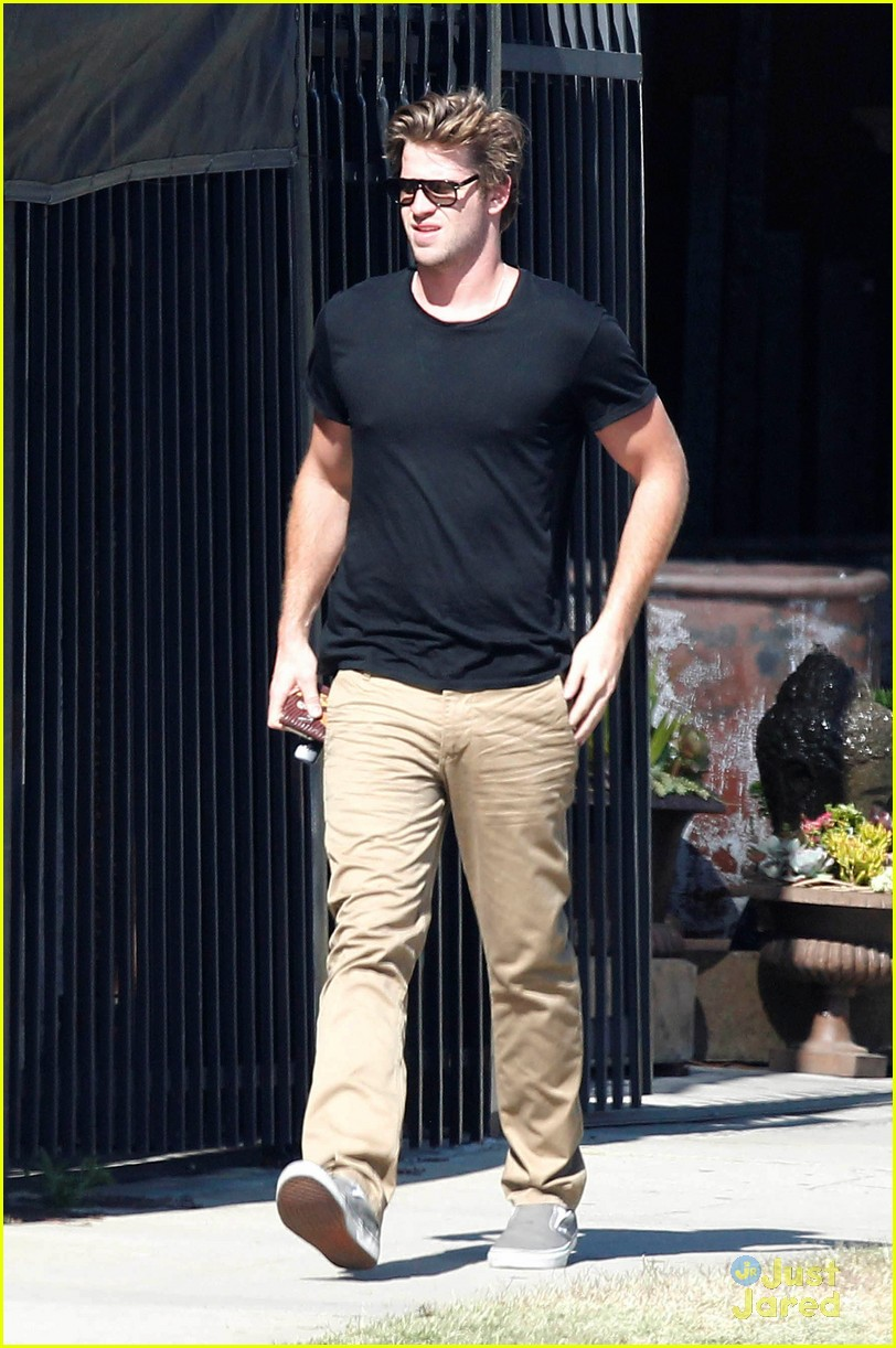 miley cyrus liam hemsworth garden 07