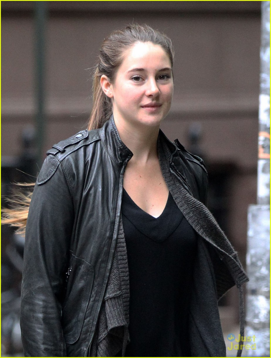 shailene woodley judy greer walk 01