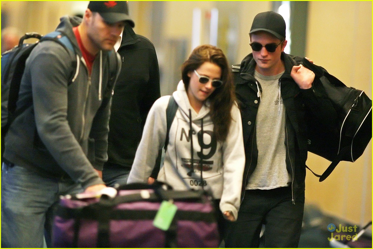robert pattinson kristen stewart airport 02