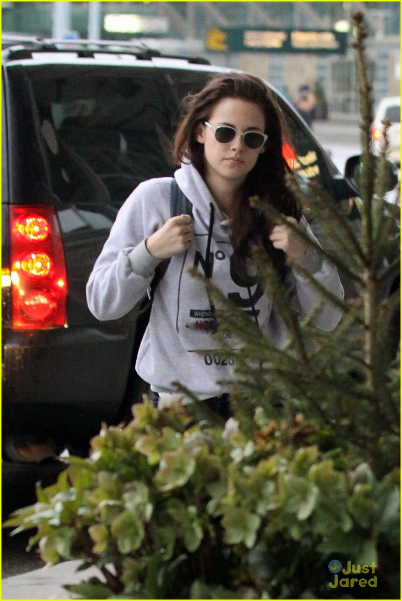 robert pattinson kristen stewart airport 08