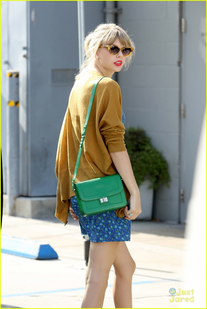 taylor swift green purse 02