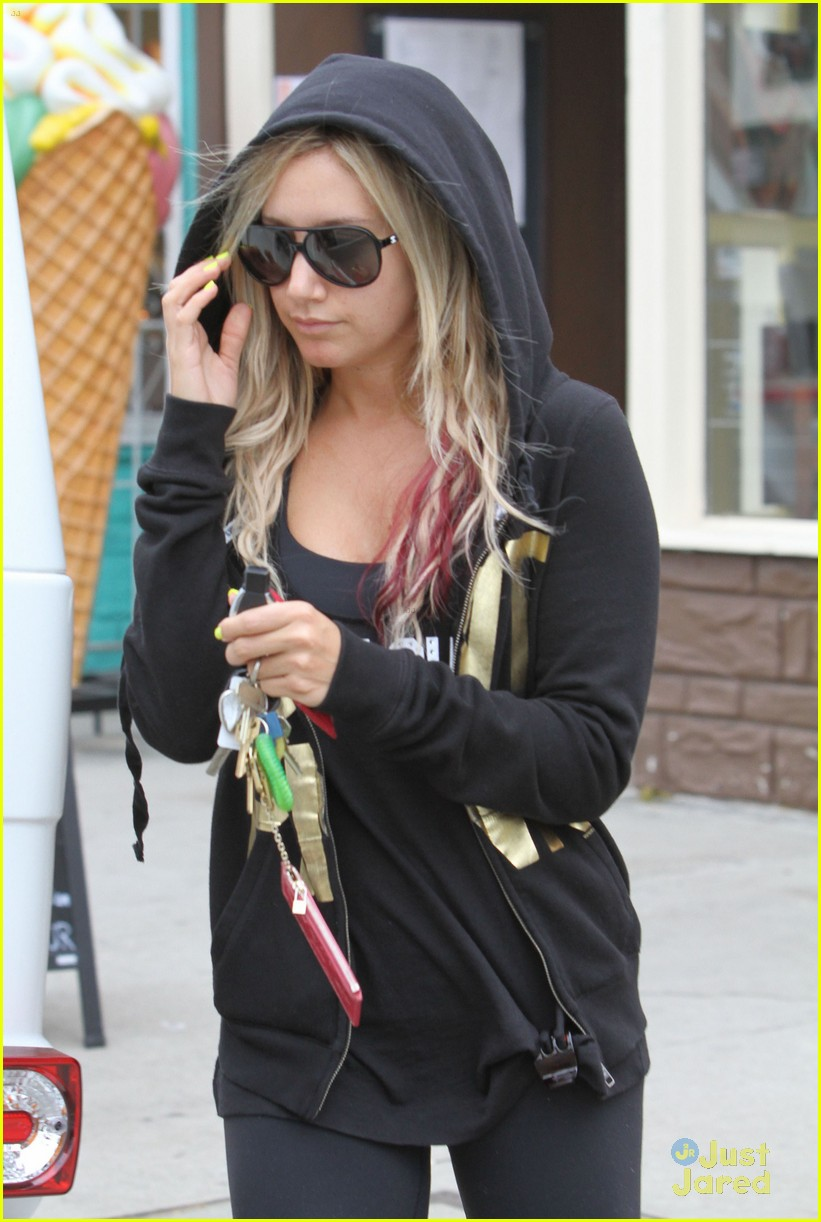 ashley tisdale nail appt 03