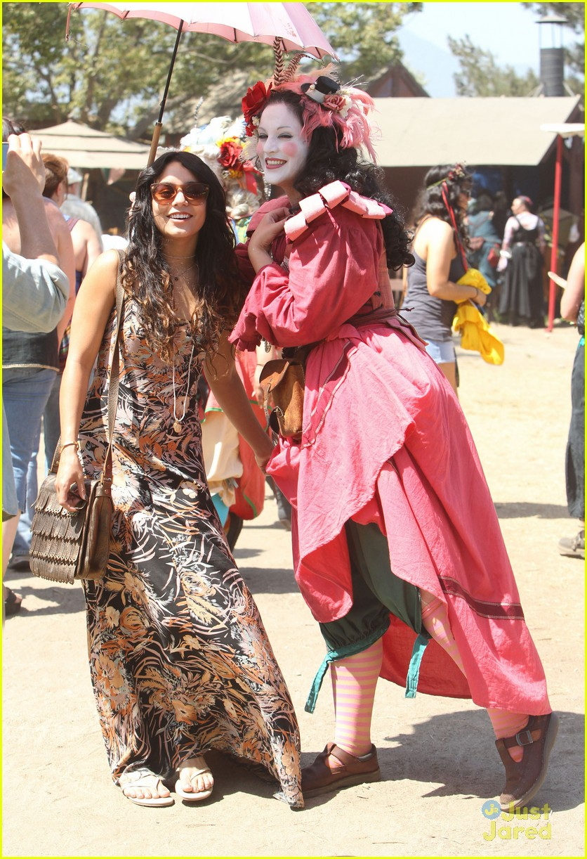 vanessa hudgens austin butler renassaince fair 01