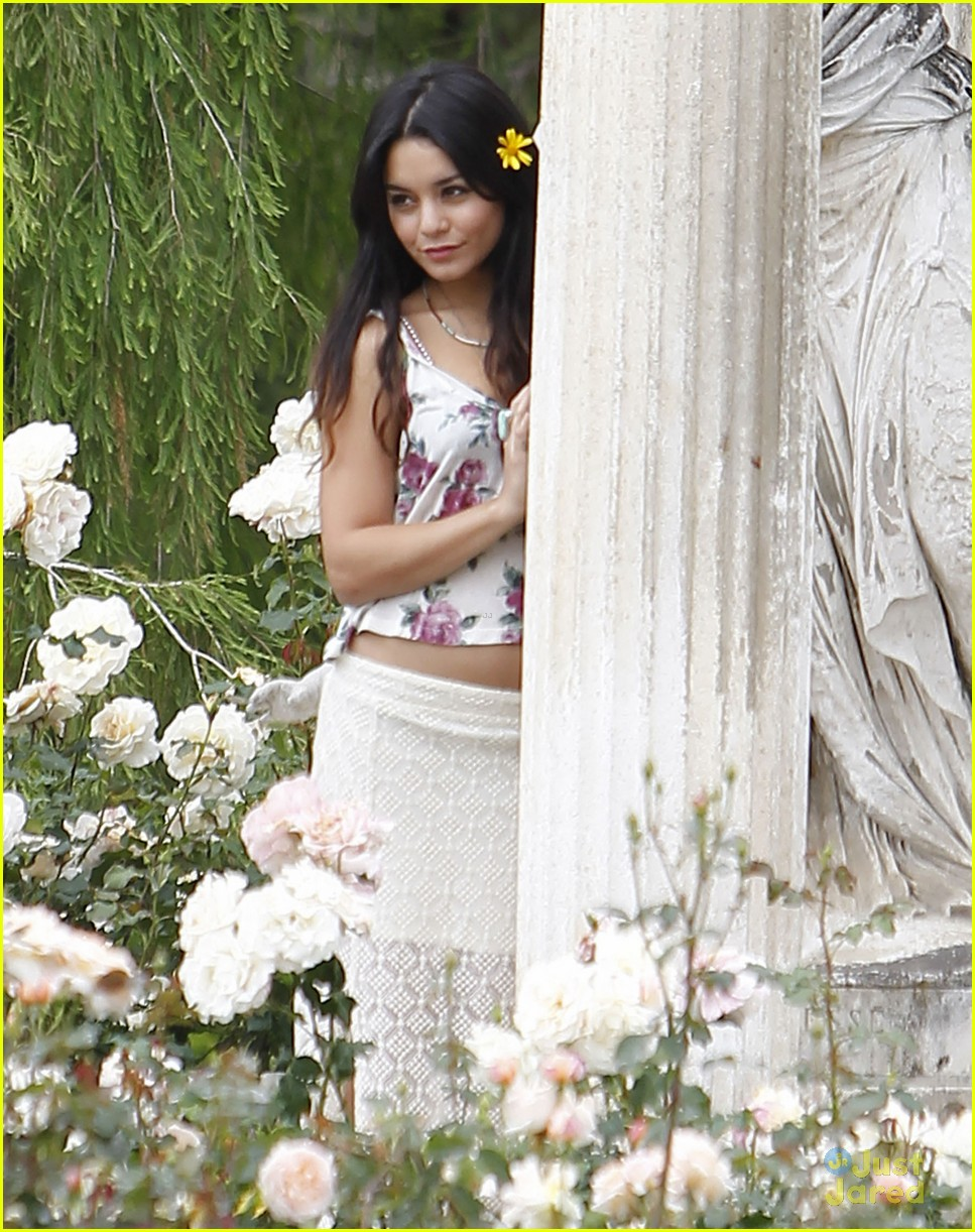 vanessa hudgens austin butler rose garden 09