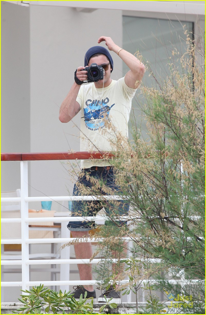 zac efron cannes camera 01