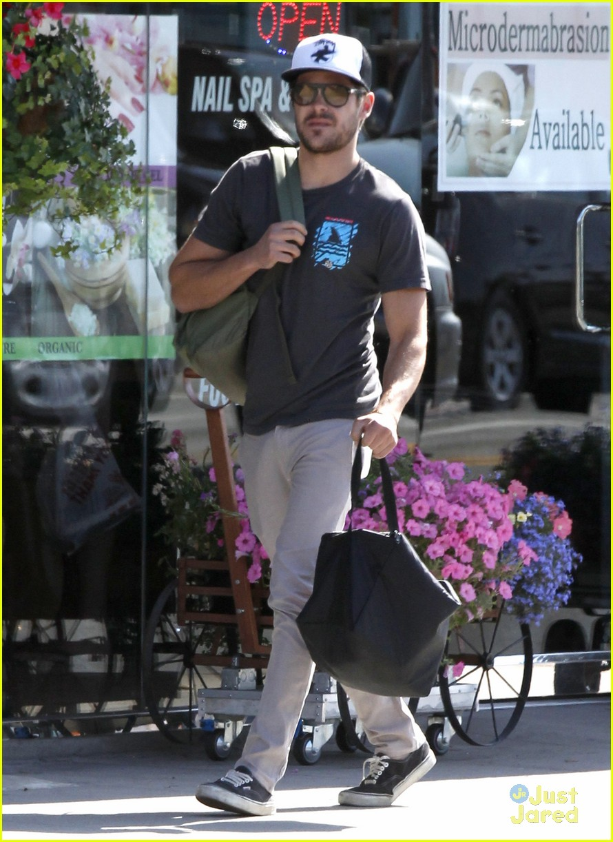 zac efron west hollywood stroll 11