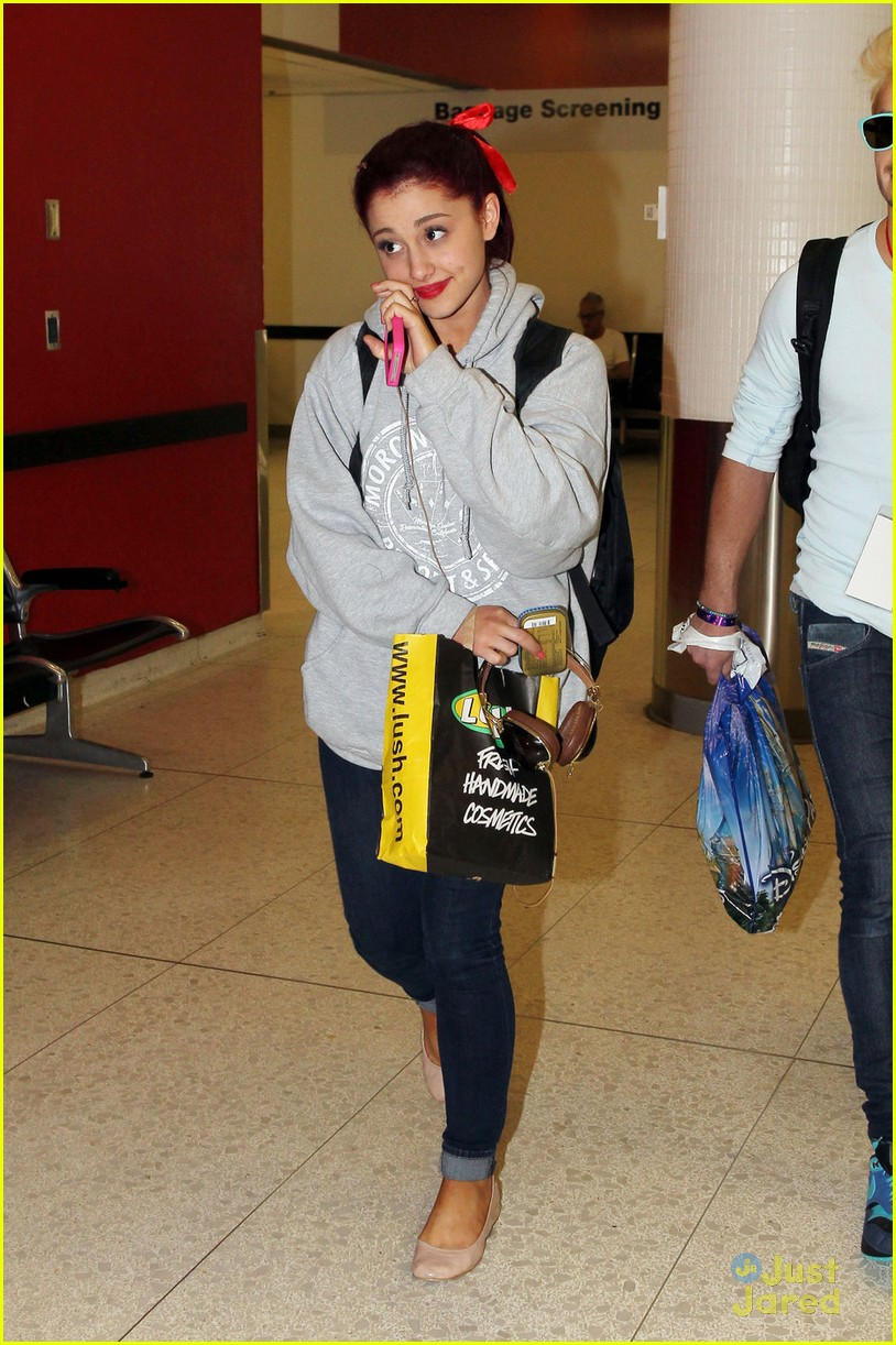 ariana grande lax arrival 03