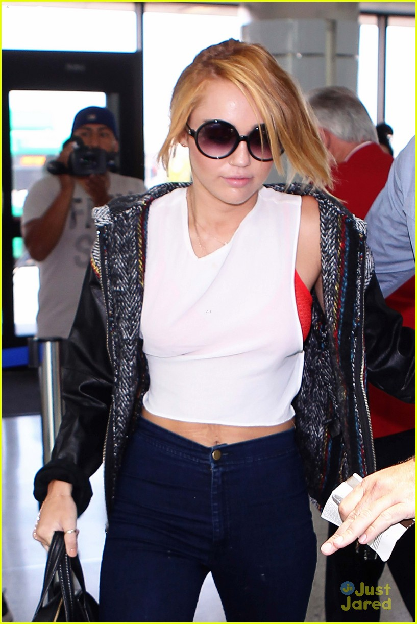 miley cyrus lax arrival 05