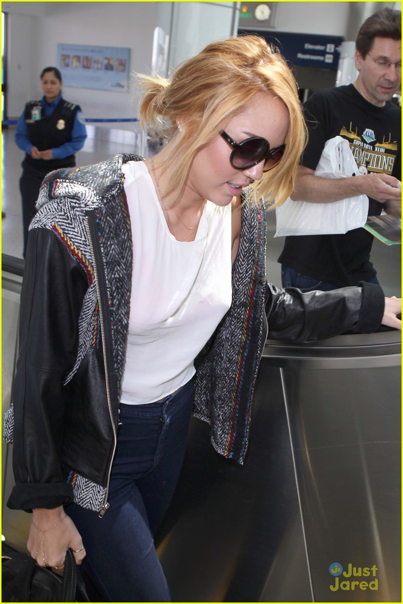 miley cyrus lax arrival 06