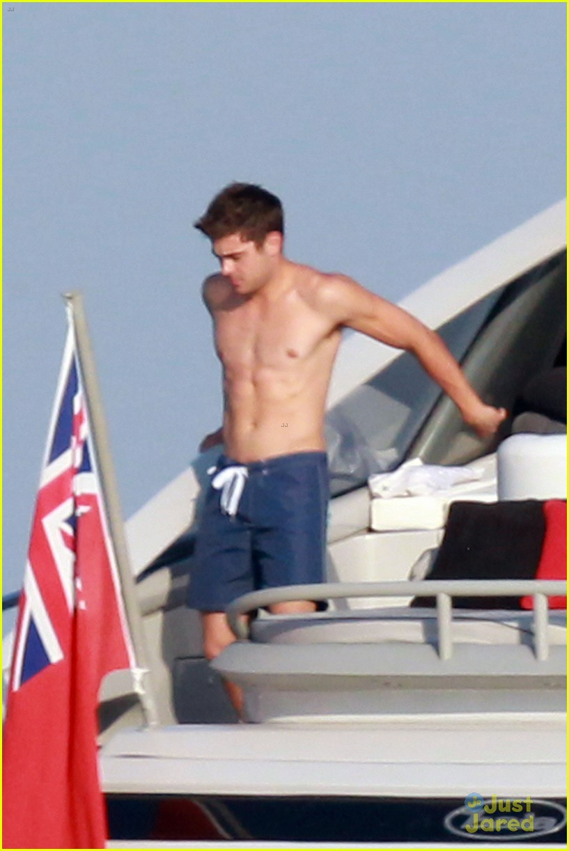 zac efron shirtless july 4 saint tropez 05