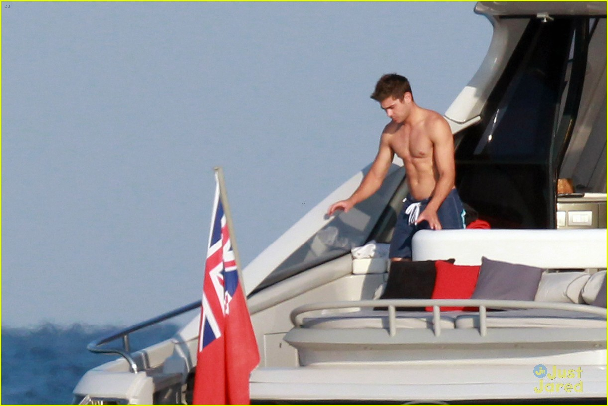 zac efron shirtless july 4 saint tropez 06