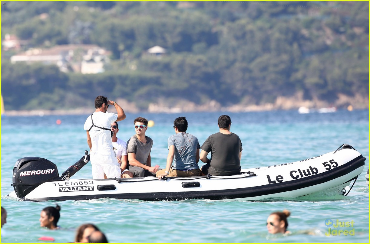 zac efron shirtless july 4 saint tropez 17