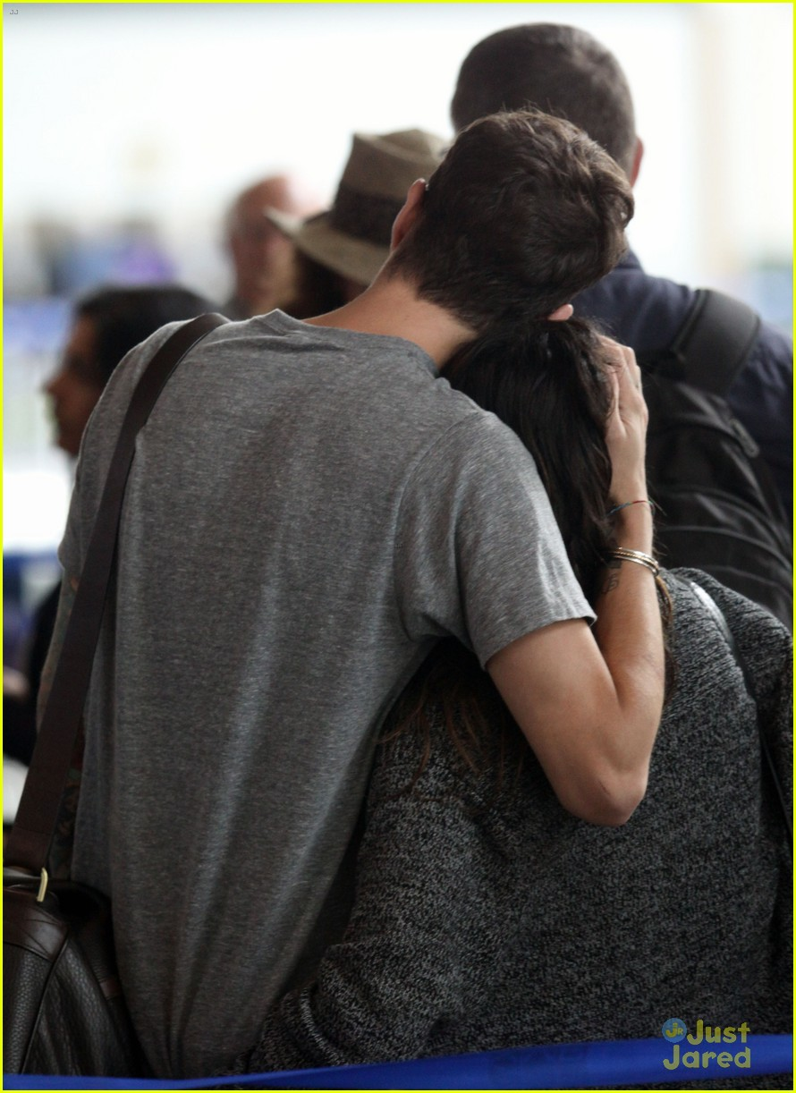 grimes airport kiss 01