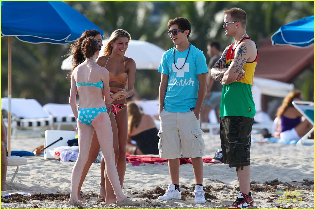 austin mahone shirtless beach time with hailey baldwin 05