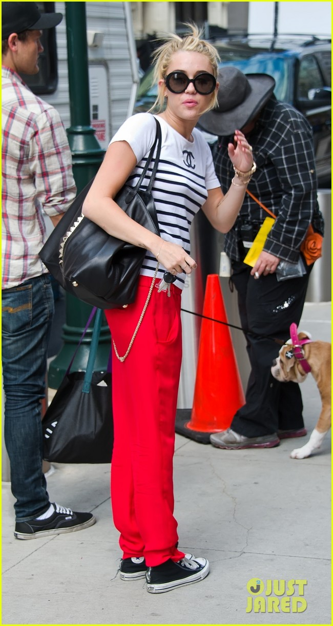 miley cyrus visiting liam on set 03