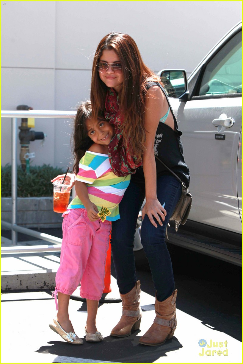 selena gomez panera bread 09