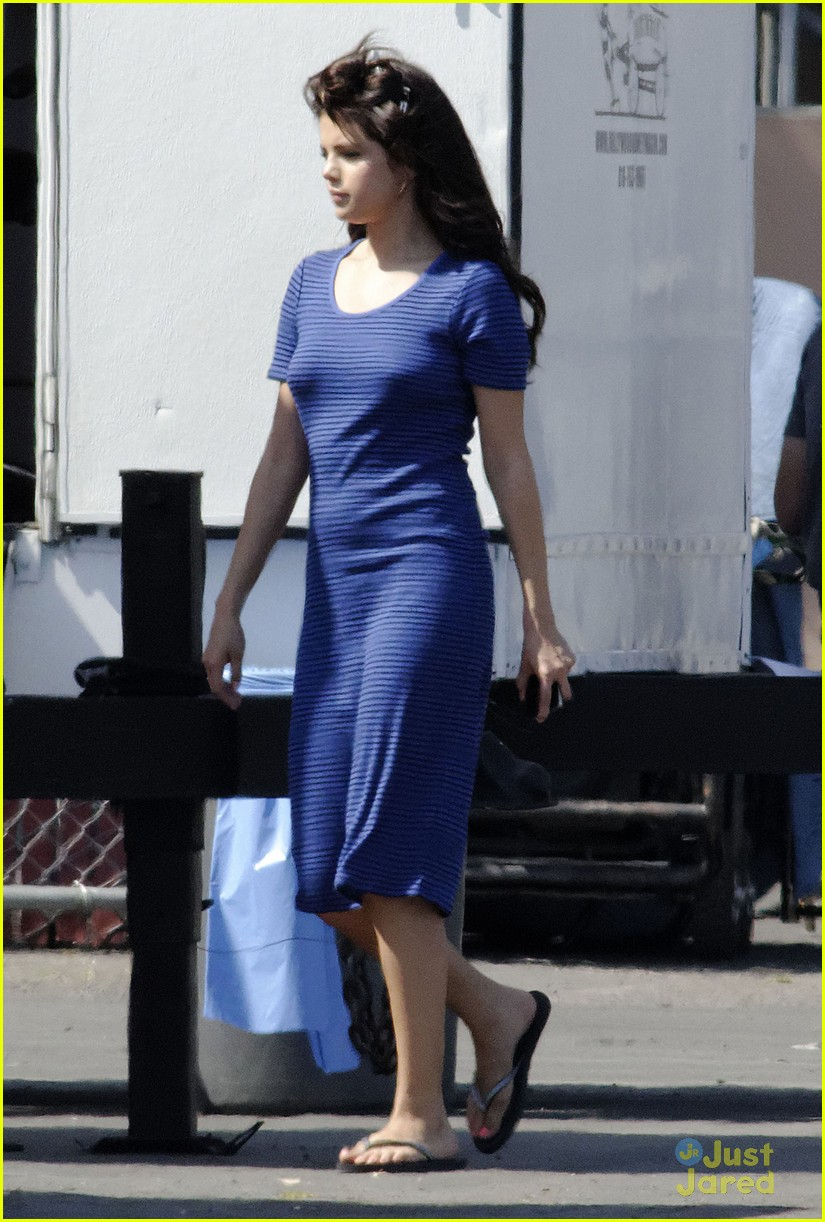 selena gomez hair curlers on parental guidance set 03