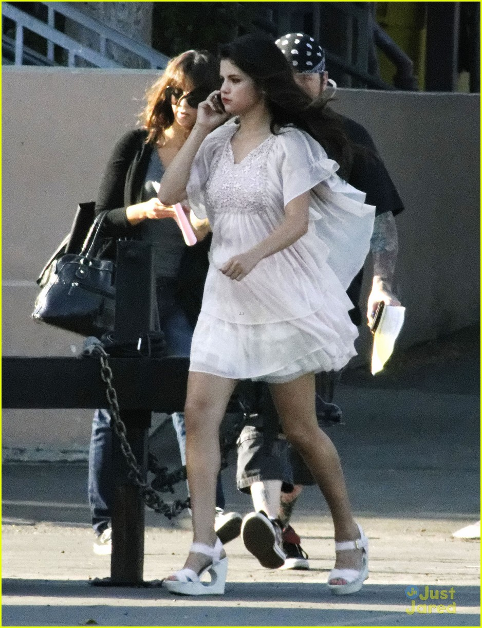 selena gomez hair curlers on parental guidance set 22