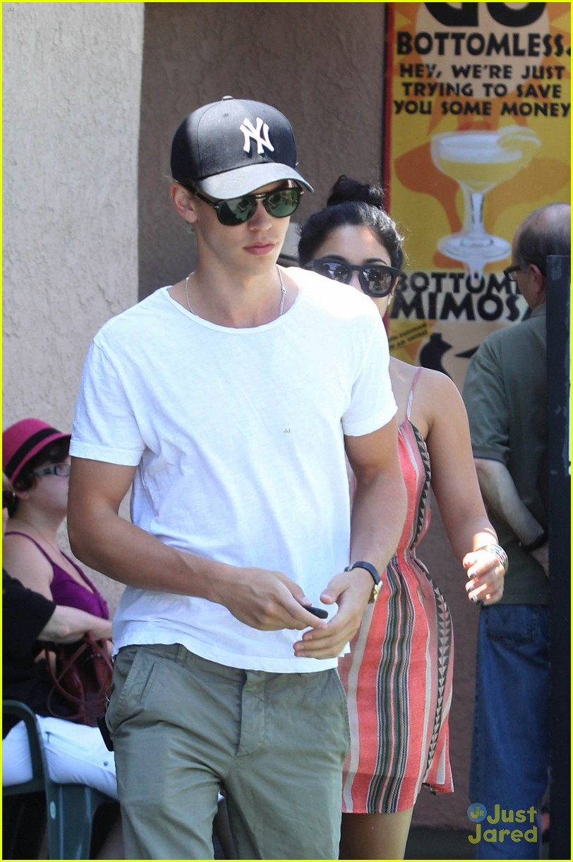 vanessa hudgens austin butler studio cafe couple 02
